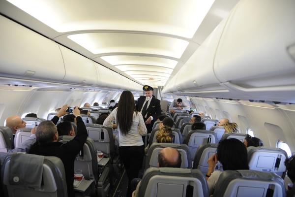 မှော်ပုဂ္ဂလိကစင်းလုံးငှားလေယာဉ်ခရီးစဉ်အပေါ်ကိုတက်ပိတ်ဖို့, အ Magician ခရီးစဉ်အတွင်းကုမ္ပဏီ၏ဧည့်သည်များဖျော်ဖြေ