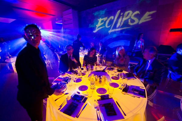 Waiters, artists and luminous tables at the time of music make the corporate dinner even more spectacular