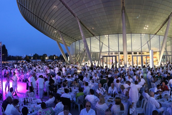 Cena in bianco. White Dinner. Servizio completo per qualsiasi evento. Perfetta organizzazione. Grande professionalià. Energia magica. Precisione e cura nella realizzazione di ogni dettaglio. Evento mondiale.