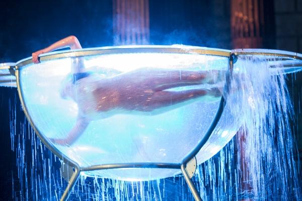 Kunstnerisk præstation for en virksomhedskonvention, der øger værdien af vand