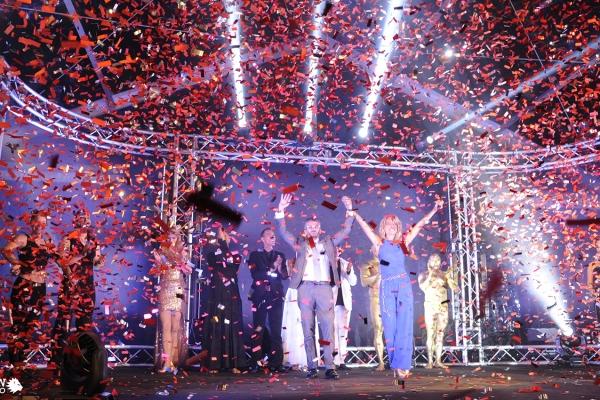 Grand finale show Infinity event Stulz. Eksplosion af lys og farver på scenen.