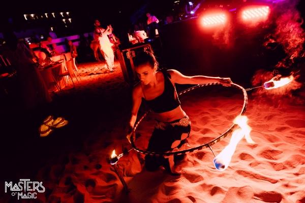 Vis show med brann under corporate event på stranden ved Papeete Beach