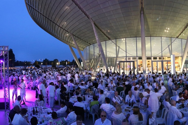 Dinner in white, dress code total white from guinness world record, special events and theme