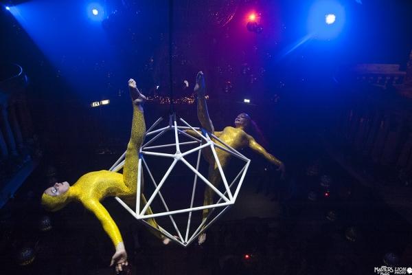 tampilake acara aerial akrobatik ing acara Coca-Cola Natal