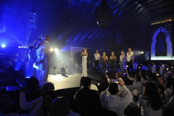 Cena aziendale a tema total white con show di artisti internazionali