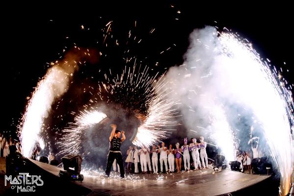 پیرو ٹیکنک شو، آتش بازی، پیروکار فنکاروں اور آگ اور بڑے واقعات کو خصوصی بنانے کے لئے آگ