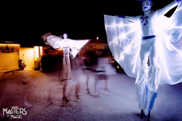 waders, pihdit, valkoiset vaatteet, kirkkaat LEDit tervetulleeksi vieraita