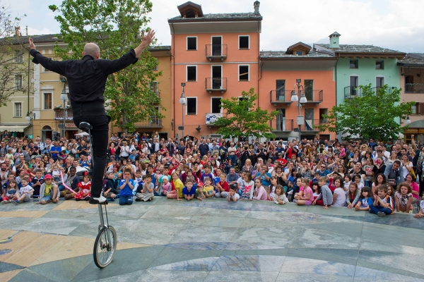 A crazy artist captures the attention of children and families in an amazing performance at Saint Vincent's Street Magic.