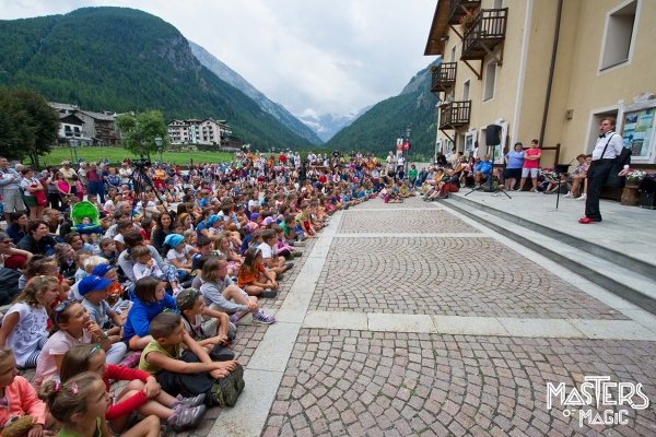 Magic show for children in the beautiful square of Cogne. Magic emotions