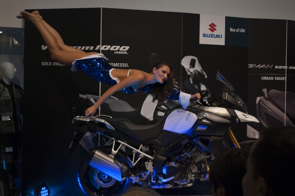 Wonder and amazement in the eyes of the spectators at the EICMA event, which see a woman suspended in the air.