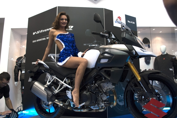 Suzuki V-Strom 1000, Zauberstunt, Magic Woman, Magic Stand. Mailand.