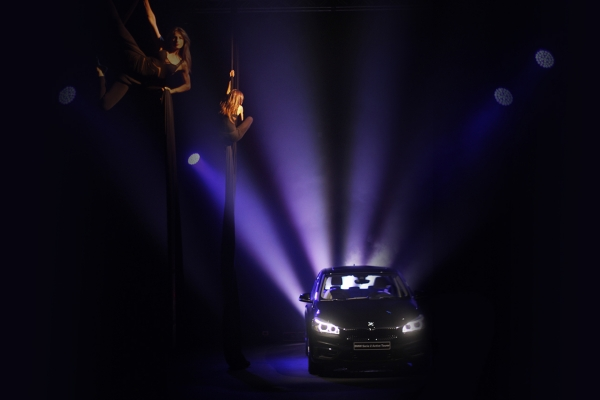 Show show, acrobatic performance, presentation of new products, stage art, entertainment, lighting effects.